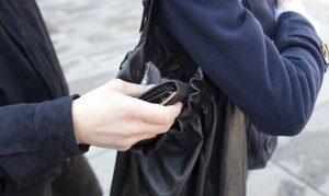 Ostia: Evade dagli arresti domiciliari e deruba un cliente di un supermercato