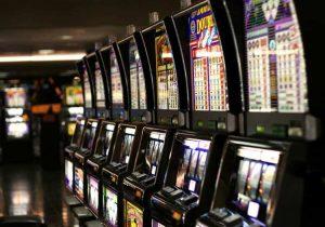 Ostia: mentre gioca alle slot machine le rubano una pochette con dentro 2800 euro, insegue i ladri che l'aggrediscono