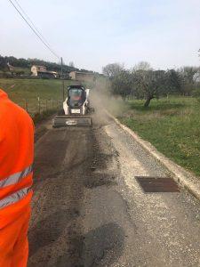 Fiumicino, asfaltatura e allargamento della strada: lavori in corso a Testa di Lepre
