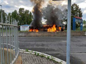 Fiumicino, Autobus prende fuoco a Parco Leonardo