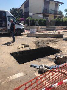Fiumicino, Voragine in Piazza Santarelli a Passoscuro: sul posto l'assessore Caroccia