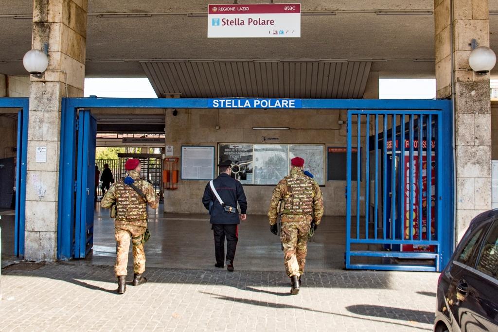 carabinieri all'ingresso della stazione metropolitana