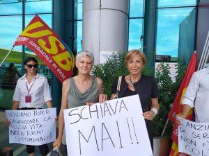 Fiumicino, L'assessora Anna Maria Anselmi accanto a una lavoratrice dell'Aeroporto Leonardo Da Vinci