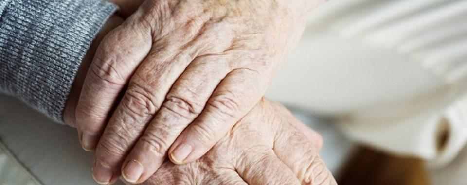 mani di anziana