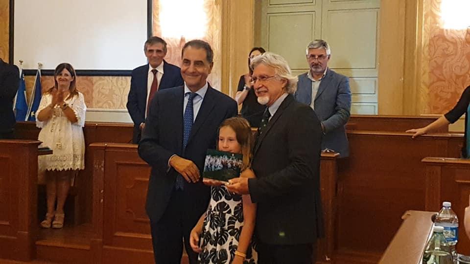 L'anziate Giuseppe Barone, premiato in Consiglio Comunale dal Sindaco, Candido De Angelis, per la conquista il titolo mondiale di Windsurf Long Distance