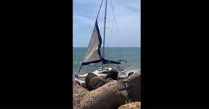 Fiumicino, Barca contro il vecchio faro