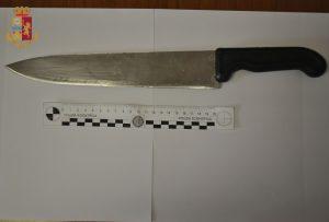 Civitavecchia, Uomo armato di coltello aggredisce una pattuglia della polizia