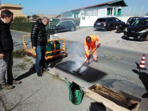 Fiumicino,Sperimentato un nuovo macchinario che consente di riparare le buche
