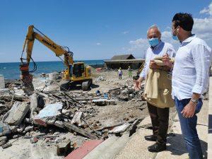 """Fiumicino, Iniziate le operazioni di demolizione dello stabilimento """"La Perla"""" di Fregene"""